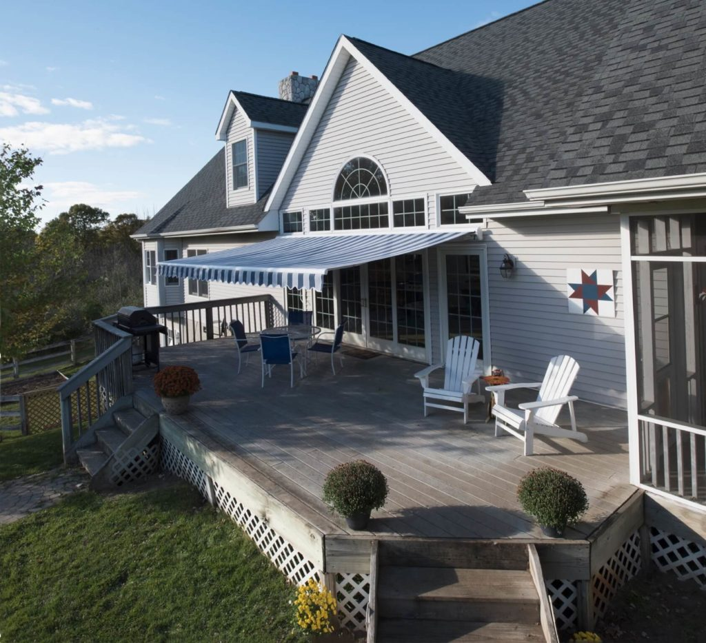 retractable awning - backyard deck - Marygrove Awnings
